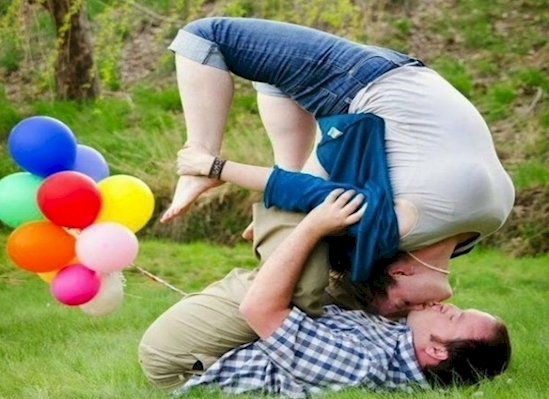 couple qui s'embrasse ballons