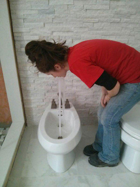 situation horrible fille dans bidet