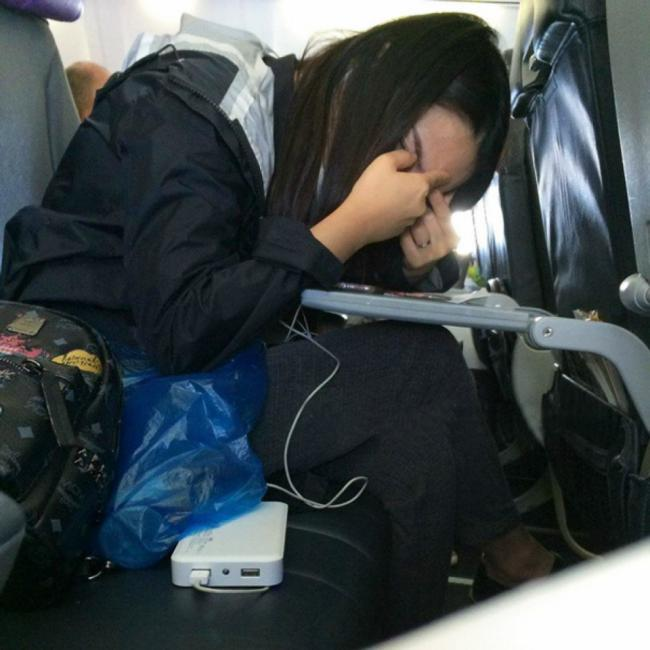 fille explose son bouton avion