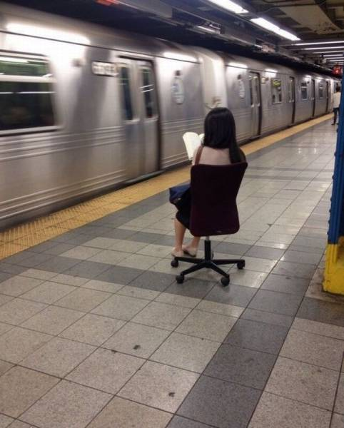 fille assise metro